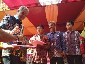 Bapak H. Ganjar Pranowo, S.H., M.IP. Gubernur Jateng sedang memberikan penghargaan
